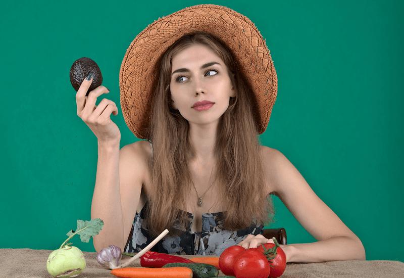 食材を選ぶ女性