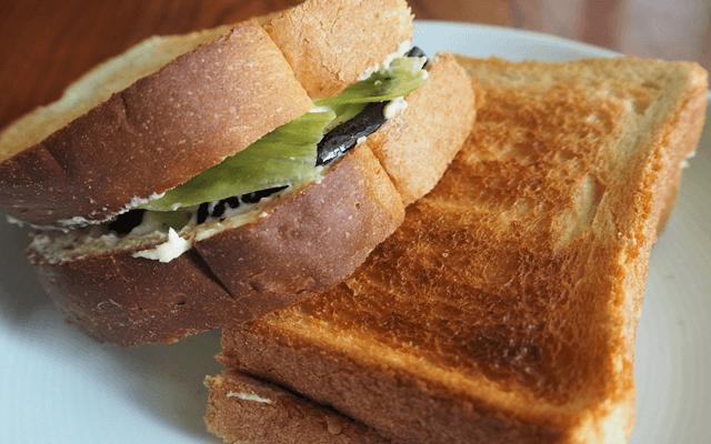 なすとフムス、モッツァレラチーズのサンドイッチ